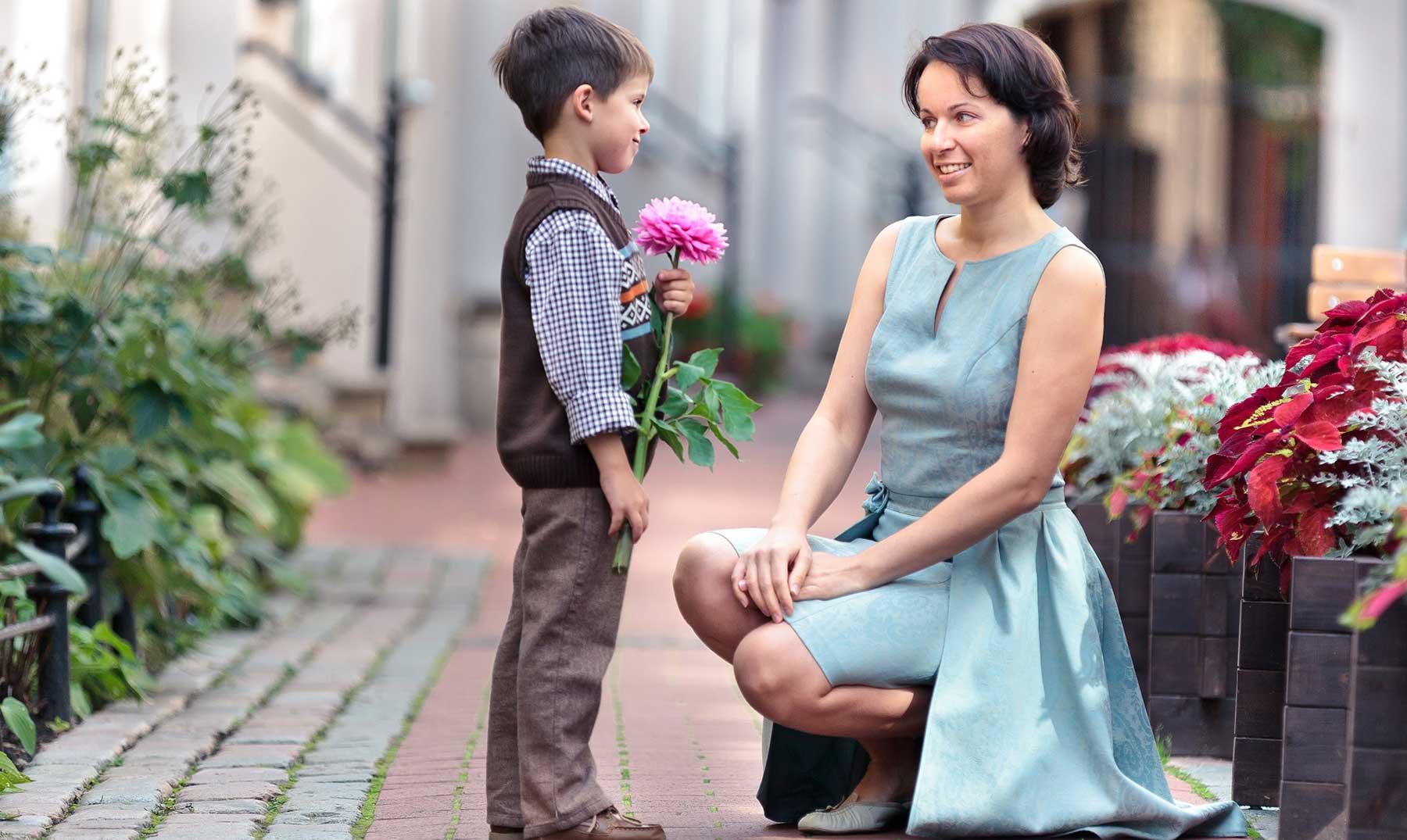 Фото мальчик с цветами для мамы